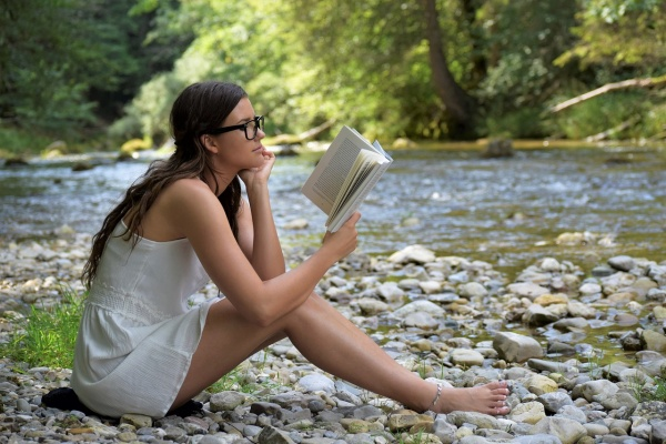 žena číta knihu